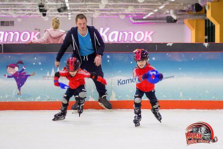 две противоположных тренировки по хоккею длядетей со старними ВОЕННЫЙ КОМИССАРИАТ МИЛЬКОВСКОГО